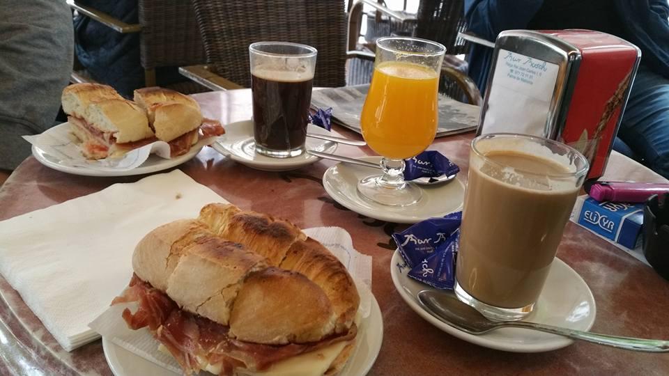 Petra Oster / Frühstück in der Bar Bosch